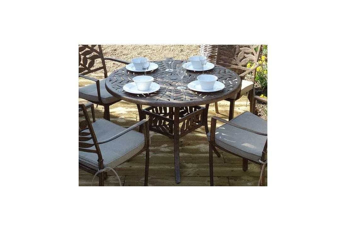 Leaf 4 seater round table